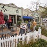 Top 4 mẫu hàng rào nhựa và chậu hàng rào trang trí quán cà phê đẹp mắt