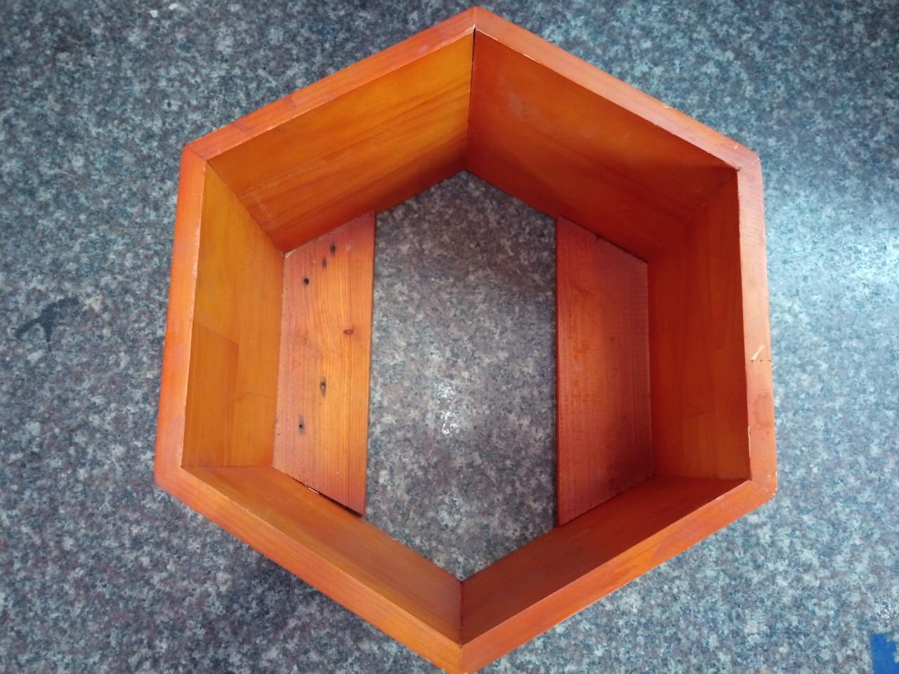 Chậu gỗ lục giác áp tường không đáy